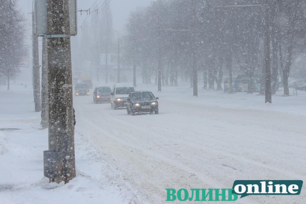 На дорогах Луцької громади продовжує працювати снігоочисна техніка