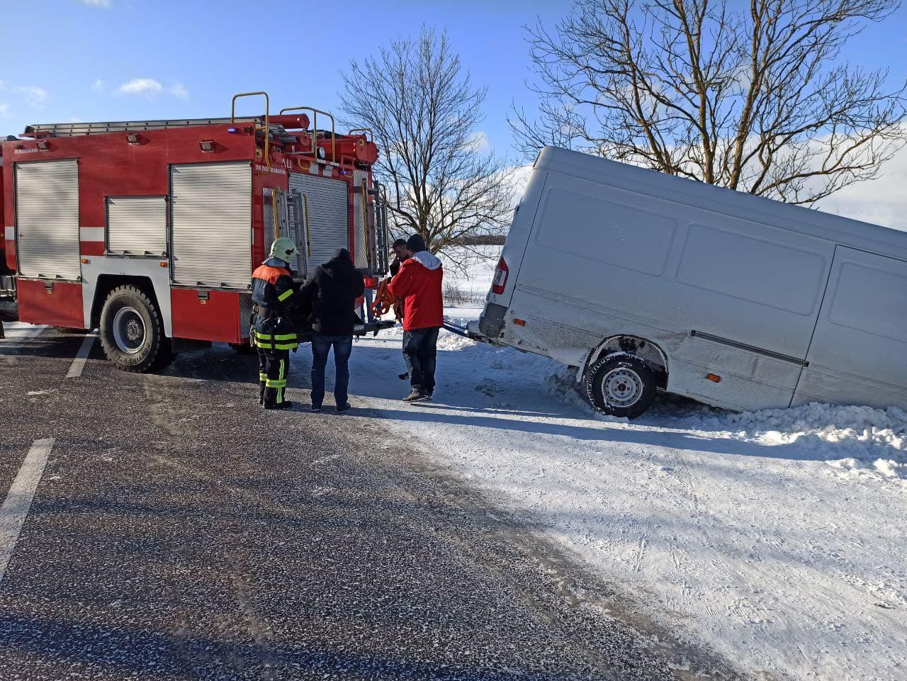 На Волині рятувальники витягли автомобіль, що перевернувся. ВІДЕО