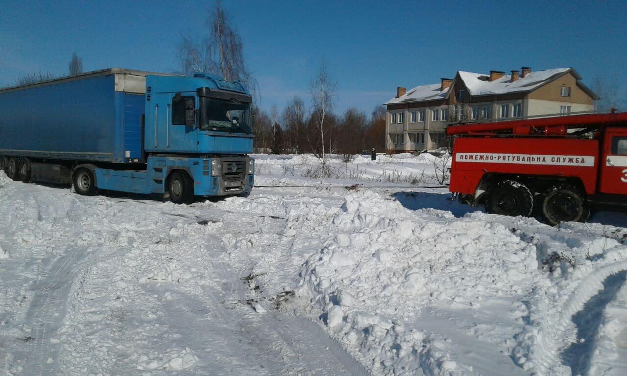 На Волині зі снігового замету відбуксували вантажівку