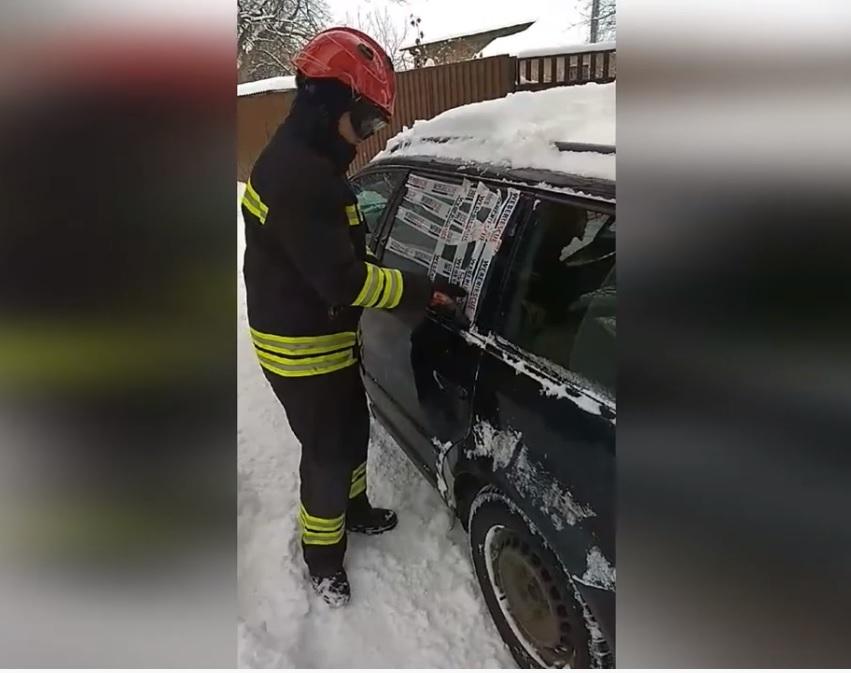 У Луцьку рятувальники визволили дворічну дитину з авто. ВІДЕО