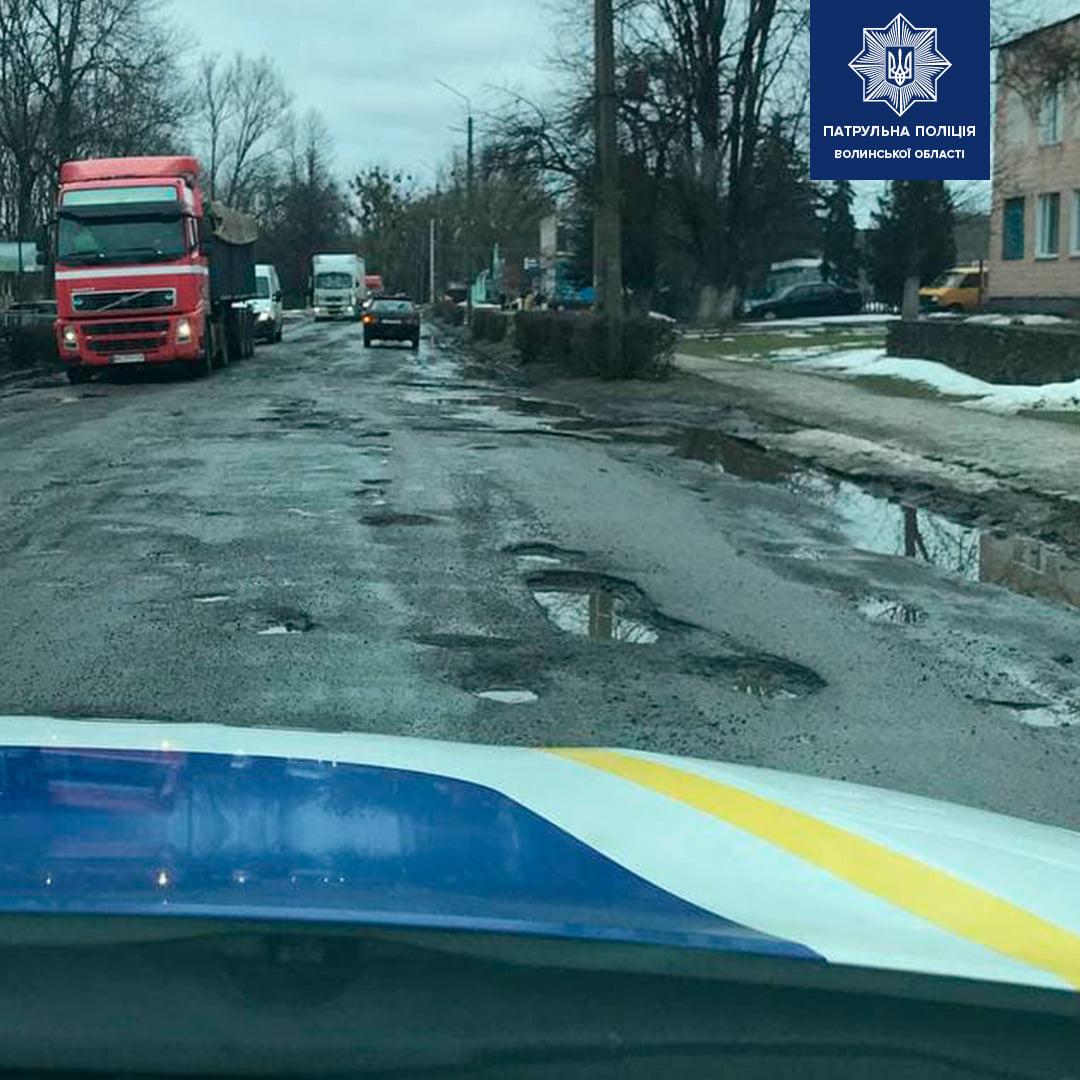 Патрульні перевіряють вибоїни та ями на волинських дорогах