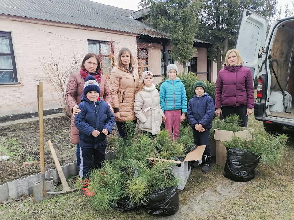 Колектив і вихованці Нововолинського центру дитячої та юнацької творчості долучилися до озеленення міста