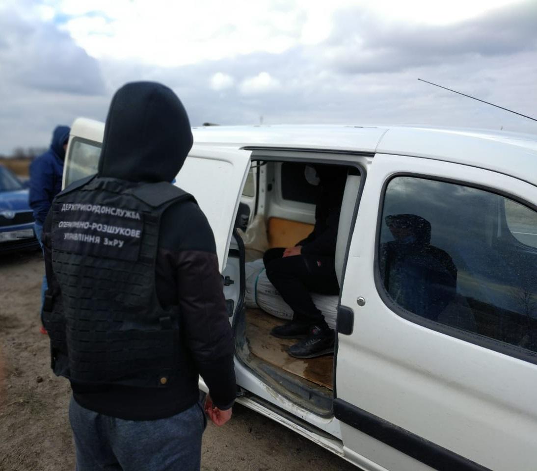 На Волині затримали авто, у якому перевозили бурштину на півмільйона гривень