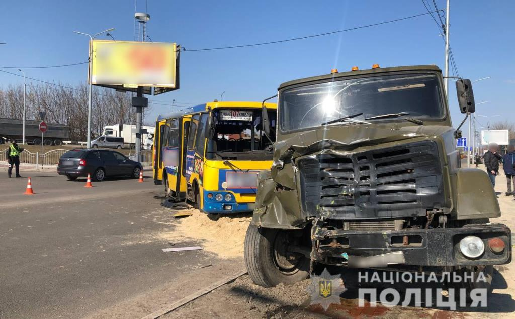 На Ківерцівській у Луцьку маршрутний автобус зіткнувся з вантажівкою