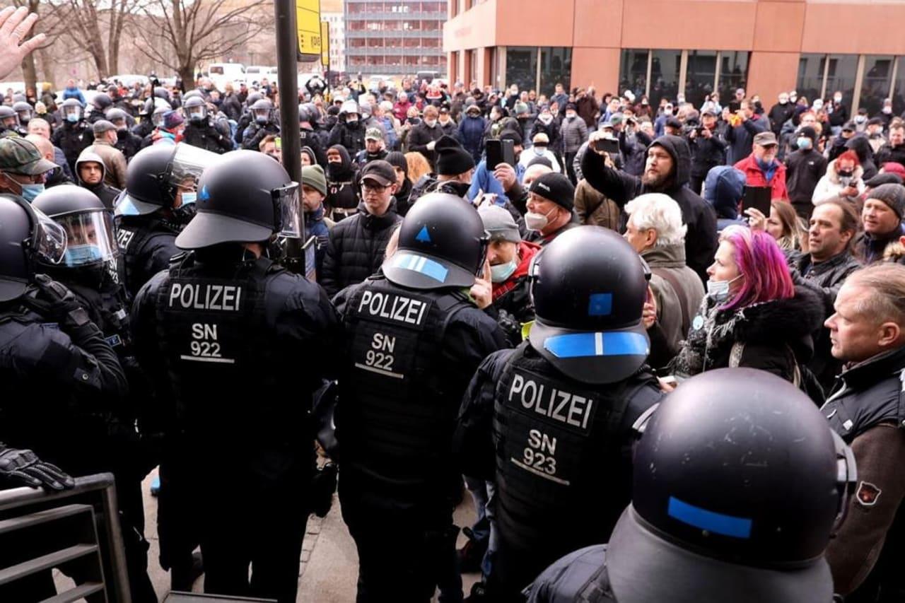 В кількох містах Німеччини зібралися акції проти карантину