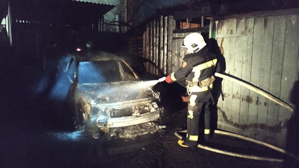 На Волині врятували від вогню автомобілі та будинок
