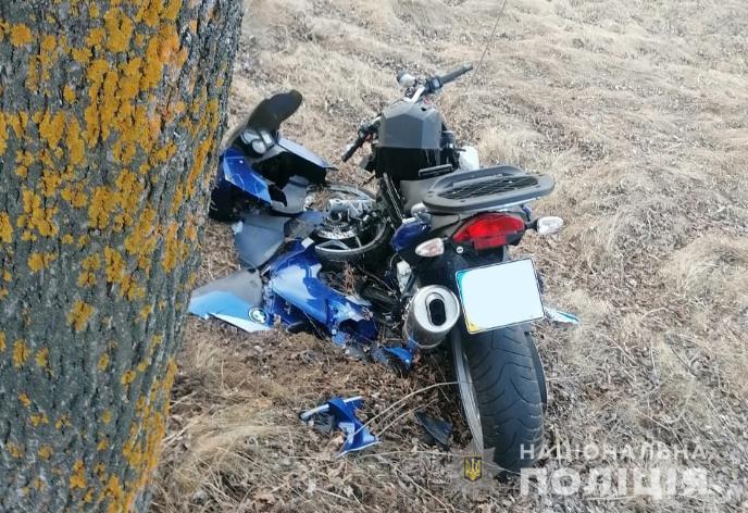 На Ківерцівщині мотоцикл «BMW» врізався у дерево: водій у лікарні