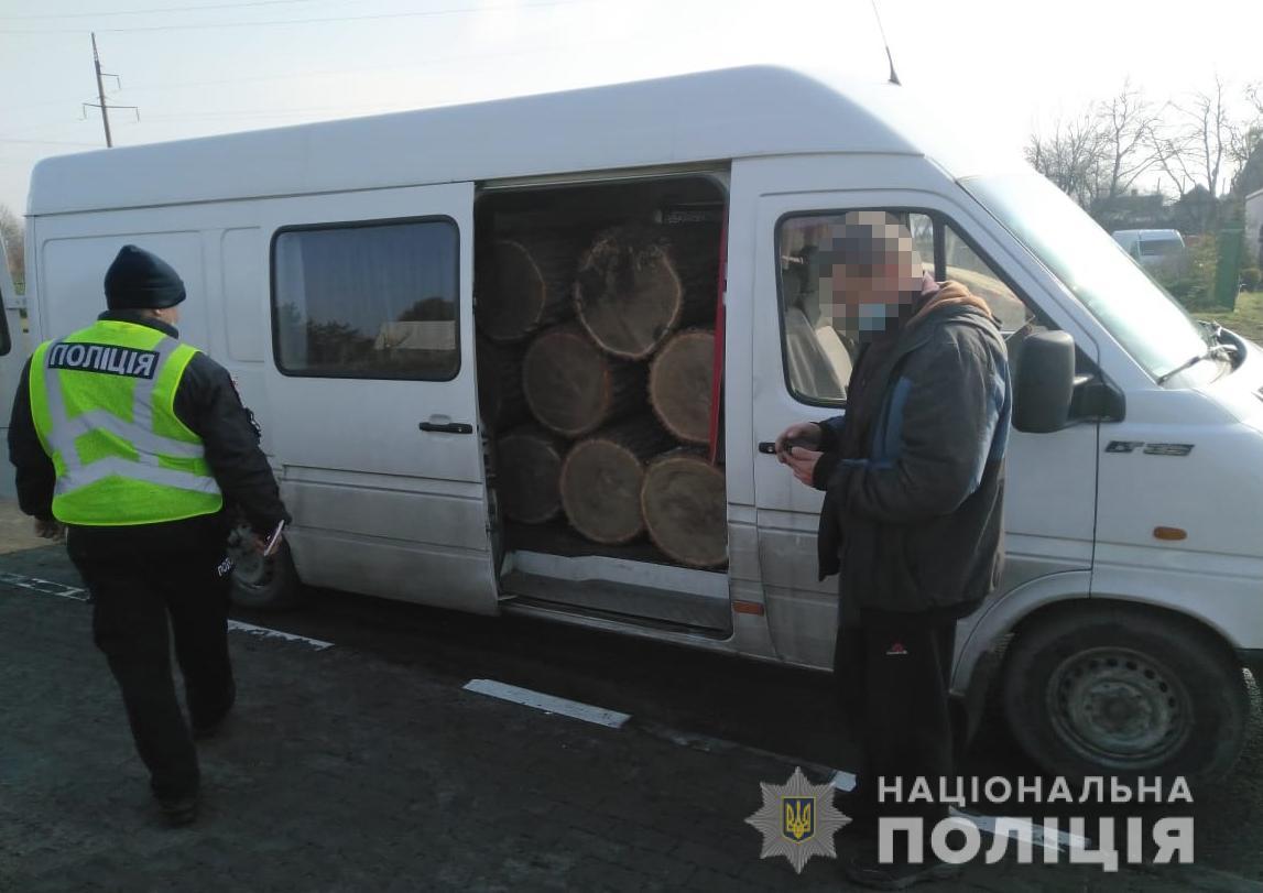 На Волині затримали автомобіль із сумнівною деревиною, водій намагався дати поліцейським хабар