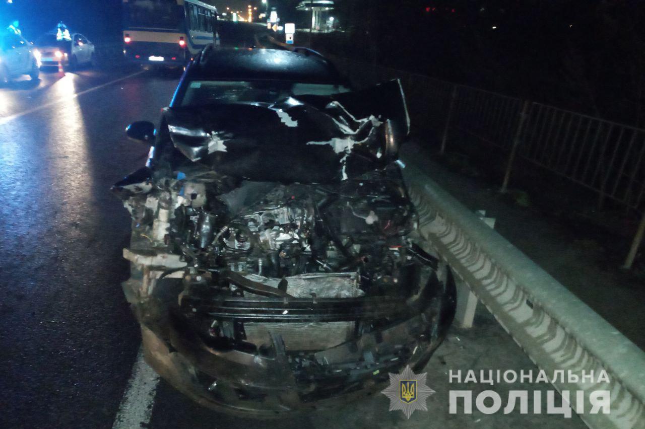 Під Луцьком «Volkswagen Touran» на швидкості злетів у кювет: водія госпіталізували