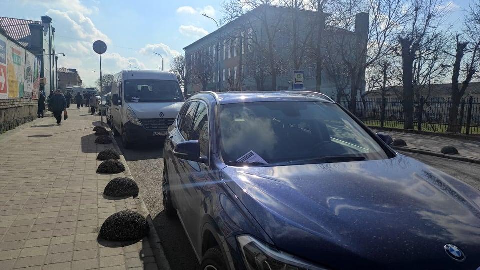 У Володимирі-Волинському муніципали розпочали роботу з водіями, які паркують авто з порушеннями