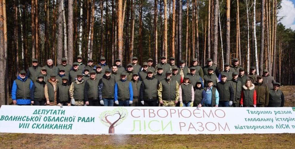 Депутати Волиньради та владика Михаїл висаджували ліс