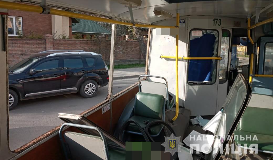 Агресивний чоловік побив вікна у луцькому тролейбусі