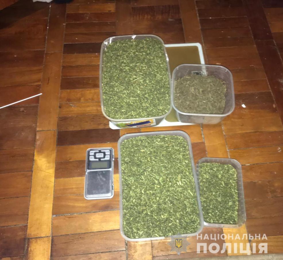 Розповсюджувала кілограм канабісу щомісяця: у Луцьку «на гарячому» затримали наркодилерку