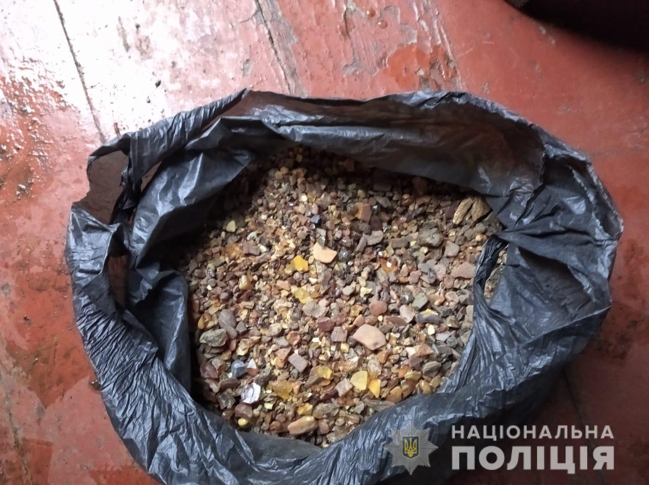 У Луцькому районі під час обшуку вилучили п'ять кілограмів бурштину