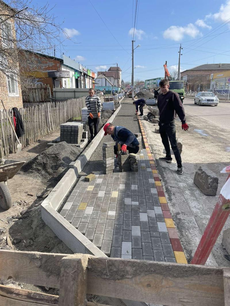 У Ківерцях вкладають бруківку на одній з центральних вулиць міста