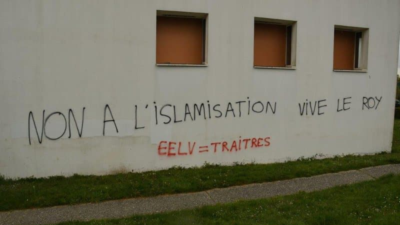 У Франції почали розслідування через ісламофобські написи на cтінах мечеті