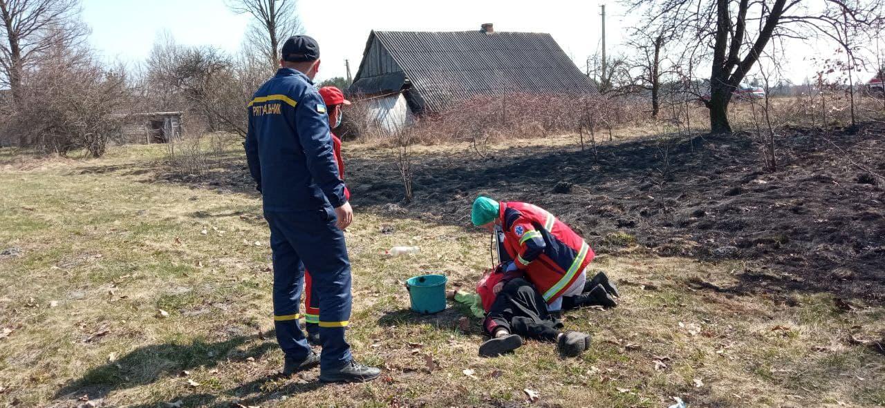 Рятувальники надали допомогу волинянці, яка втратила свідомість під час гасіння сухої трави, яку сама ж підпалила