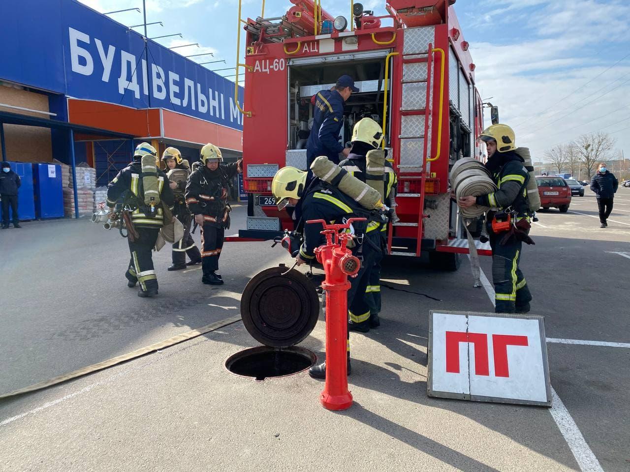 У Луцьку рятувальники тренувалися гасити пожежі в одному з найбільших будівельних гіпермаркетів