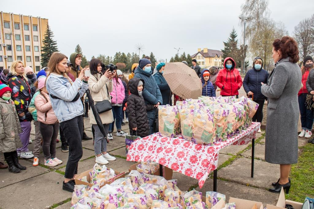 У Нововолинську передали гостинці дітям-сиротам
