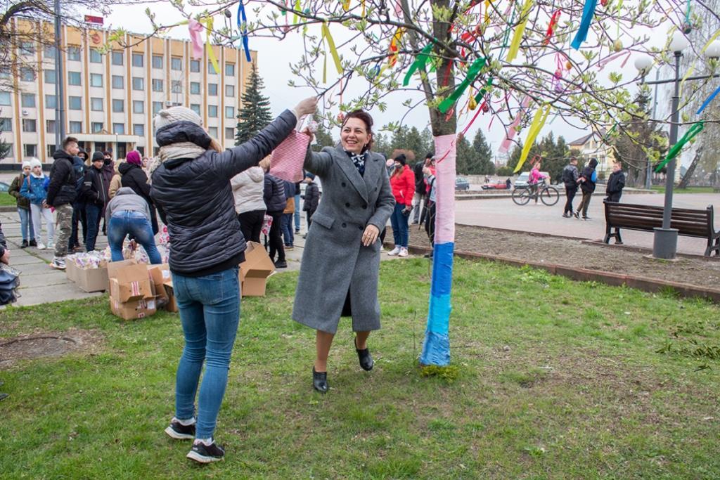 У центрі Нововолинська розквітло Великоднє дерево