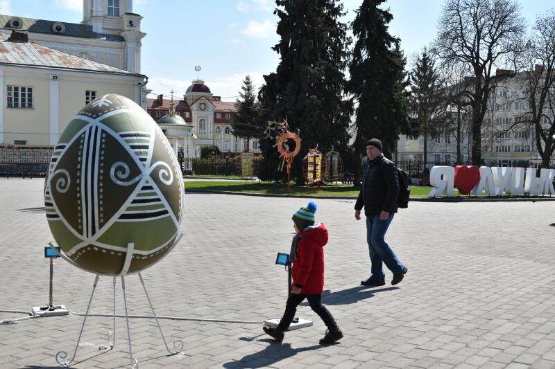 Велетенські писанки у центрі міста: як у Луцьку готуються до Великодня
