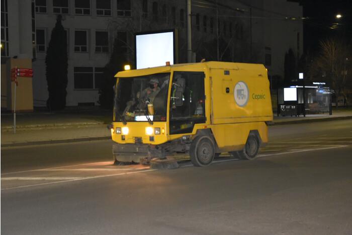 До Великодня з вулиць Луцька обіцяють прибрати залишки протиожеледних сумішей