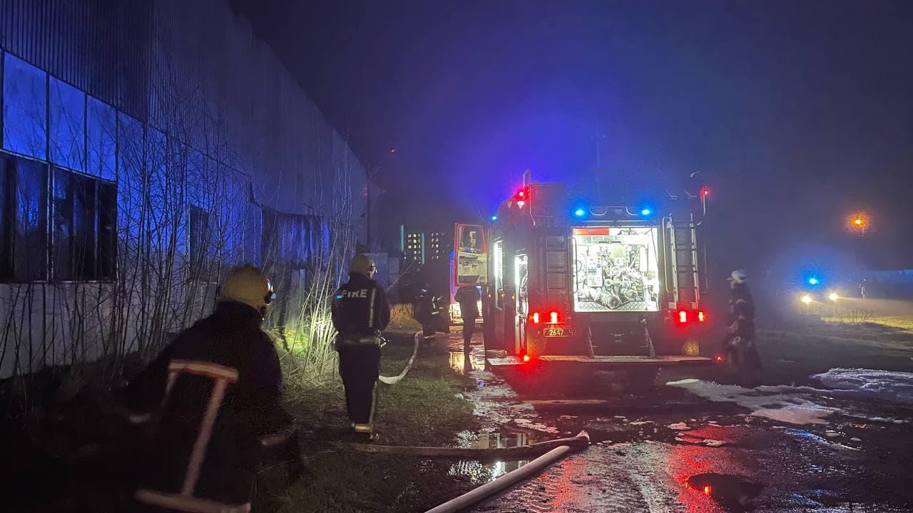У Луцьку загорілася СТО: вогонь охопив п'ять авто