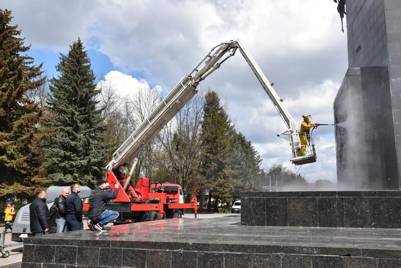 Меморіальний комплекс «Вічна Слава» у Луцьку прибрали до Дня Перемоги
