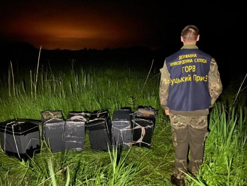 Прикордонники Луцького загону виявили зловмисників, які намагалися перемістити 12 ящиків сигарет через кордон