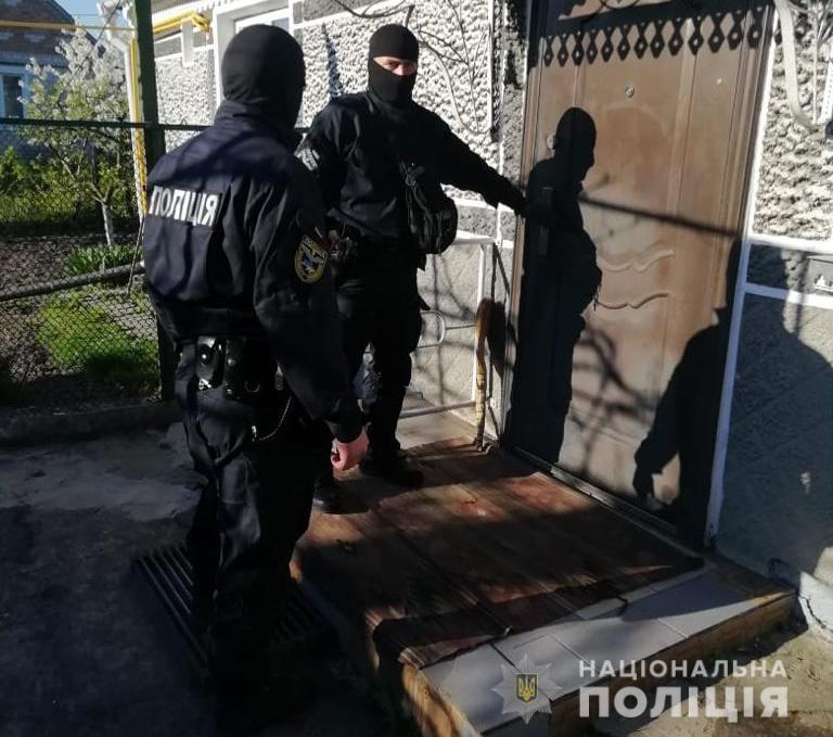 У Володимирі-Волинському провели масові обшуки: вилучили наркотики, зброю та крадені речі
