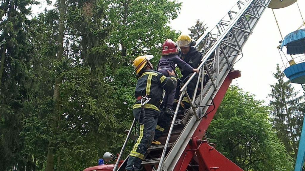 У центральному парку Луцька рятувальники зняли з колеса огляду дорослих та дітей