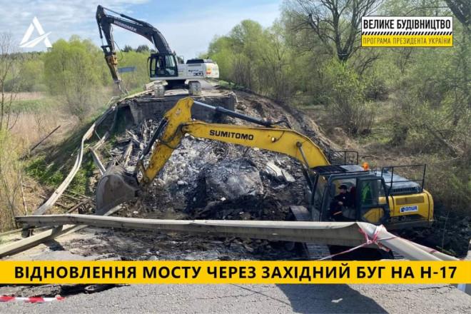Готуються до відбудови мосту, який упав на трасі Луцьк-Львів: завалені конструкції уже вивезли