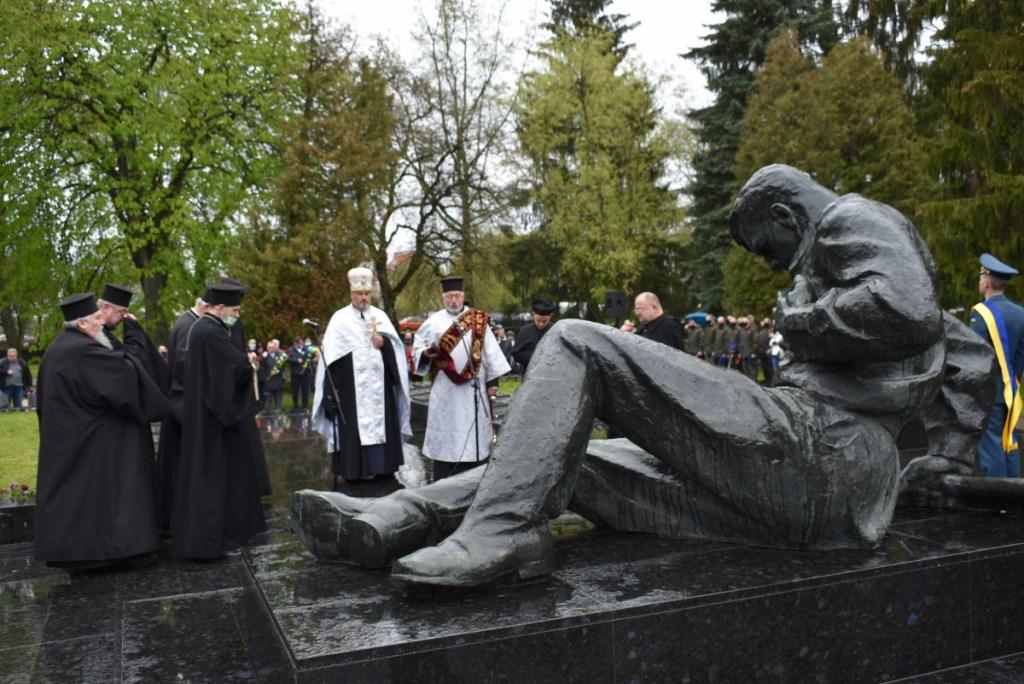 День пам'яті та примирення: у Луцьку вшанували загиблих у Другій світовій війні