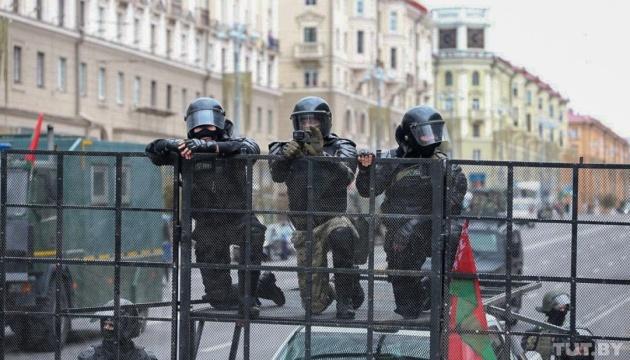 Лукашенко дозволив силовикам застосовувати бойову техніку та зброю на протестах