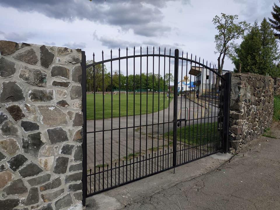 У Ківерцях встановили нові в'їзні ворота на стадіоні