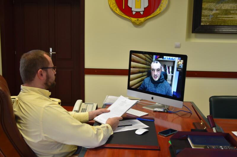 Благоустрій дворів, житлові питання та ремонт доріг: Луцький міський голова провів онлайн-прийом громадян