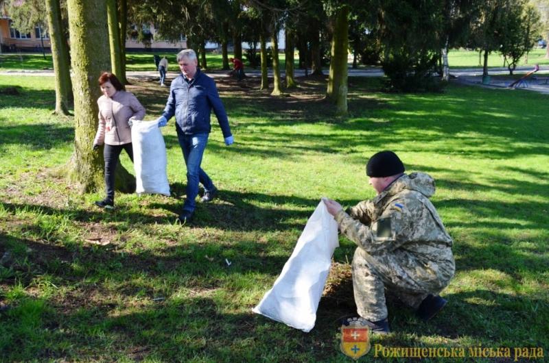 У Рожищі організували прибирання парку