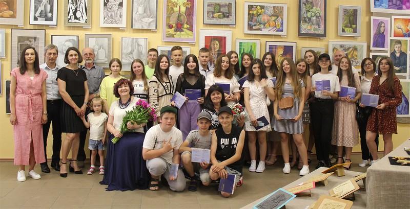 Учні Ковельської художньої школи отримали свідоцтва про позашкільну освіту