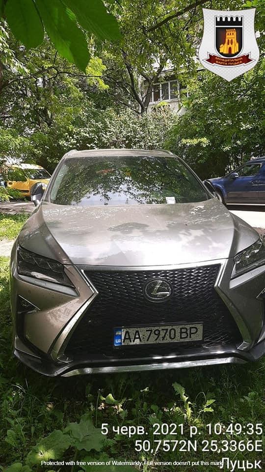 Муніципали виявили понад 20 автівок, припаркованих на газонах, в одному з луцьких дворів