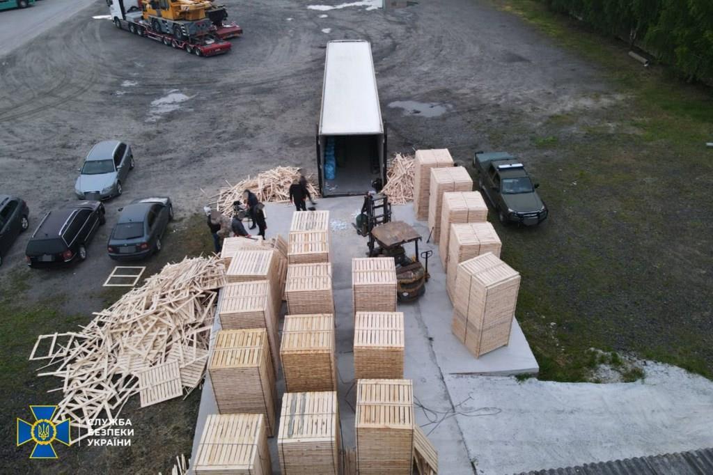 На Волині СБУ викрила контрабанду до ЄС лісоматеріалів і цигарок, прихованих серед деревини. ВІДЕО