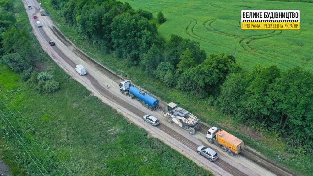 Дорожники розпочали відновлення автомагістралі М-19 у селищі Голоби