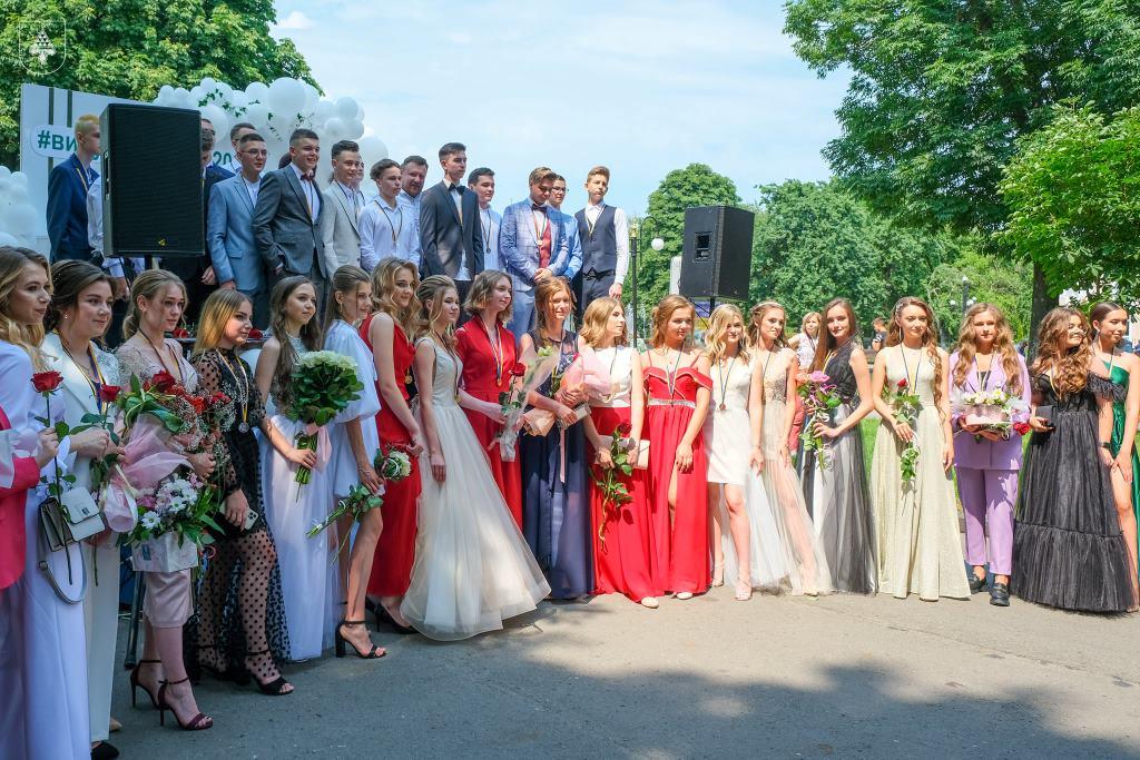 У Нововолинську нагородили медалями випускників 2021 року
