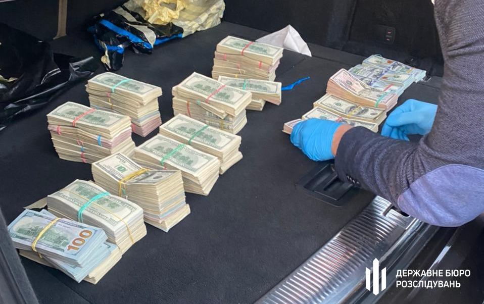 ДБР розслідує зловживання на Волинській митниці, у начальника митного посту вилучили понад 700 тисяч доларів