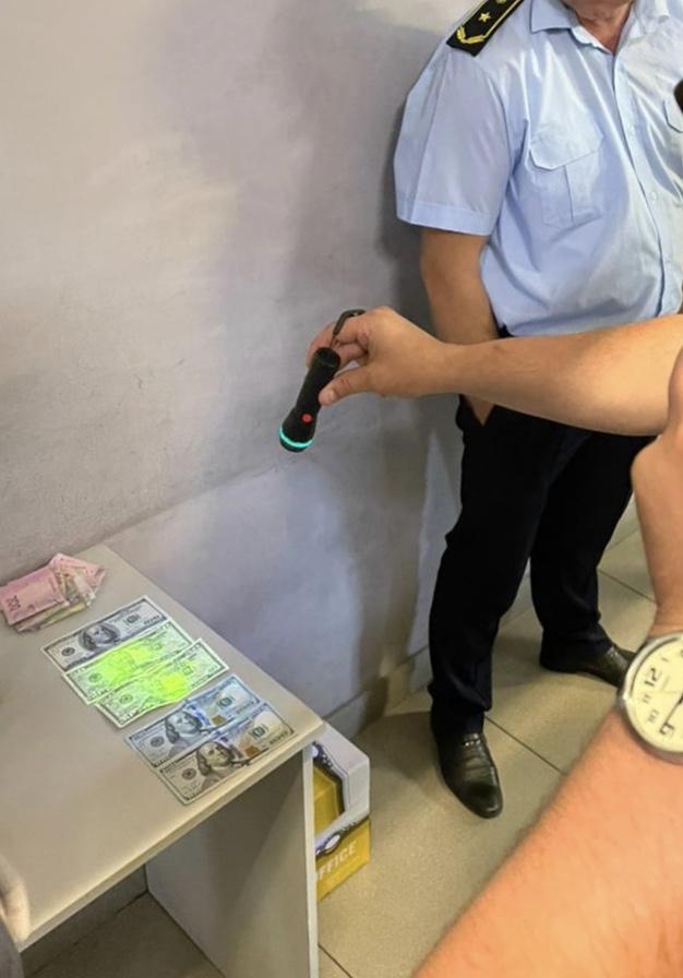 Волинського митника викрили на хабарі у розмірі 150 доларів