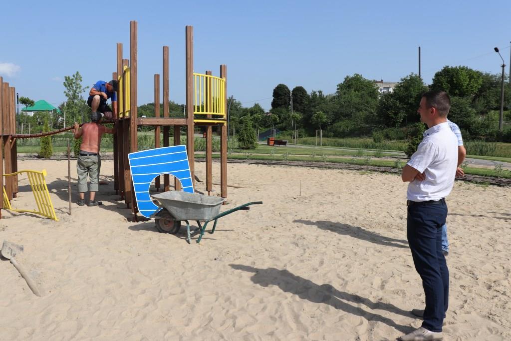 У Володимирі у парку на Риловиці розпочали монтаж конструкцій ігрового майданчика