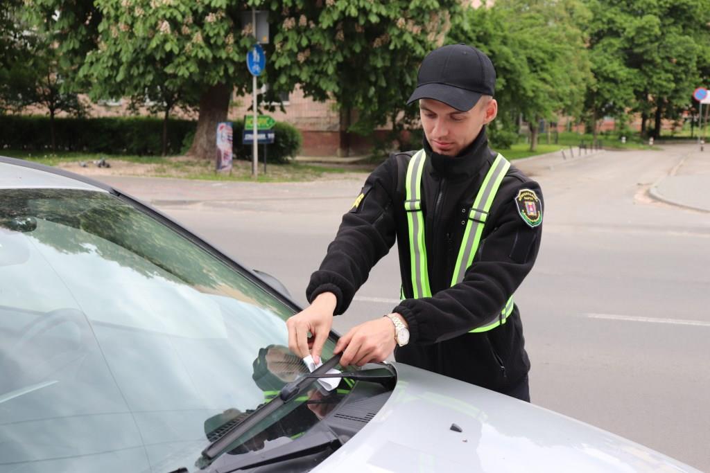 У Володимирі-Волинському муніципали штрафують за порушення правил стоянки