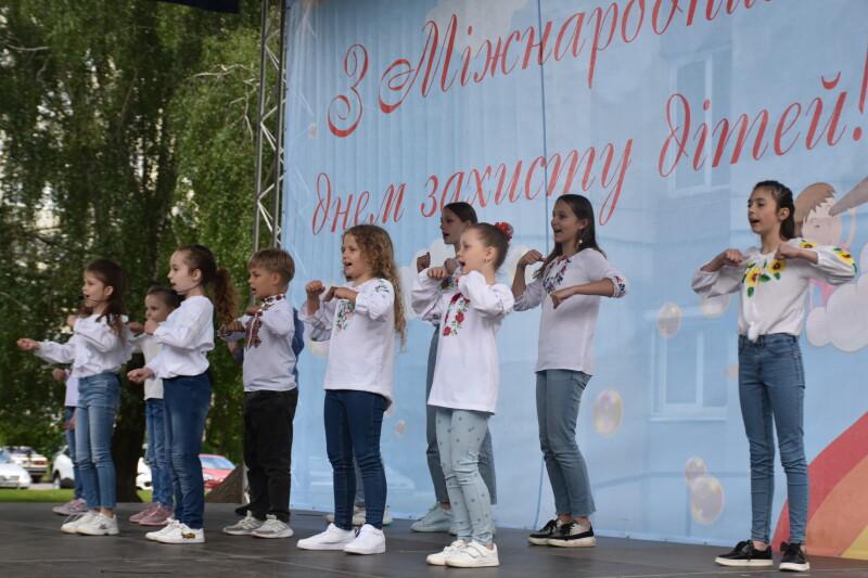 У Луцьку організували фестиваль «Моє веселкове дитинство»