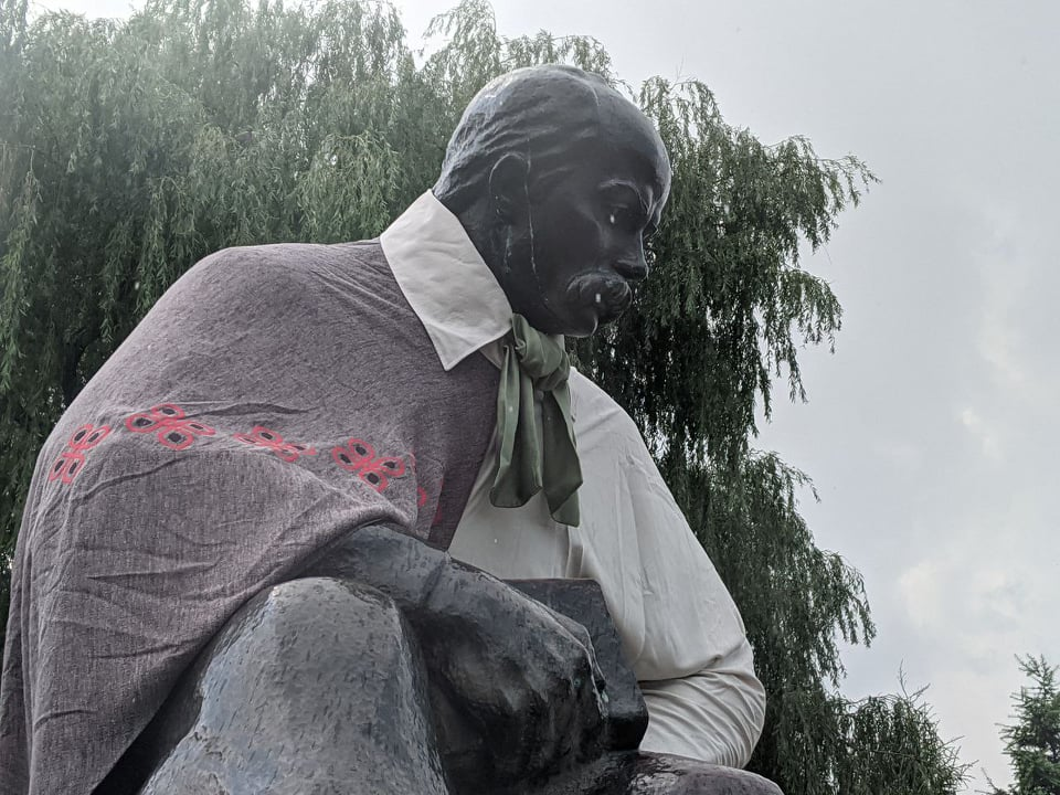 У Володимирі-Волинському пам'ятники прикрасили святковим вбранням