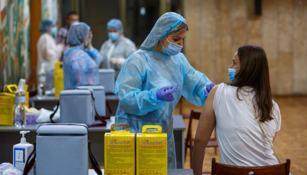 В Україні проти коронавірусу вакцинували понад два мільйони осіб