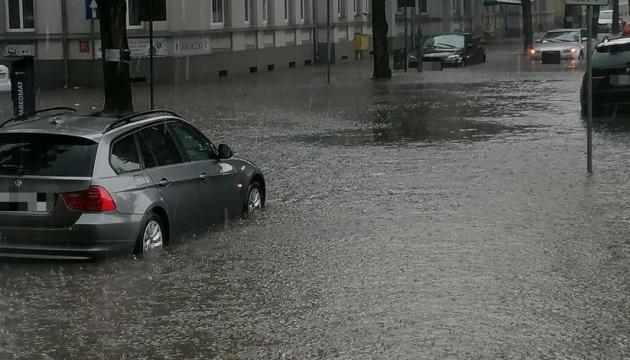 У Польщі вирує негода – затоплені вулиці, зірвані дахи, тисячі людей без світла